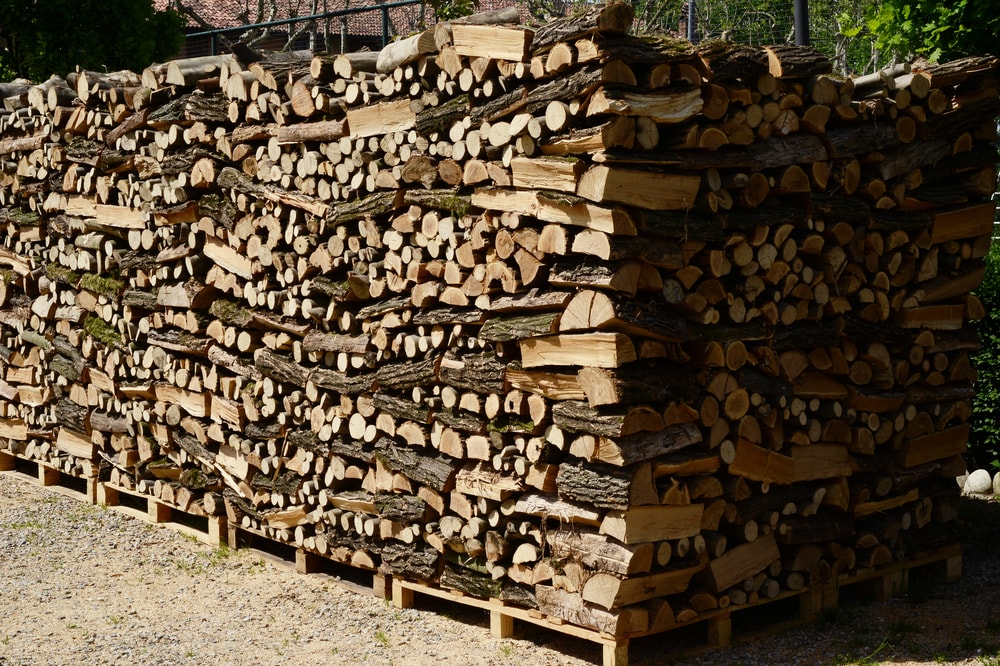 To burn well, wood needs to be split and dried. The drier it is, the better it burns. So, when stacking wood, the key is to create spaces for air circulation so it can dry naturally.